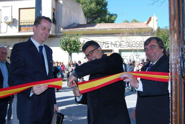 The Consul_Mayor_and_Alan_Cook_cut_the_ribbon_1